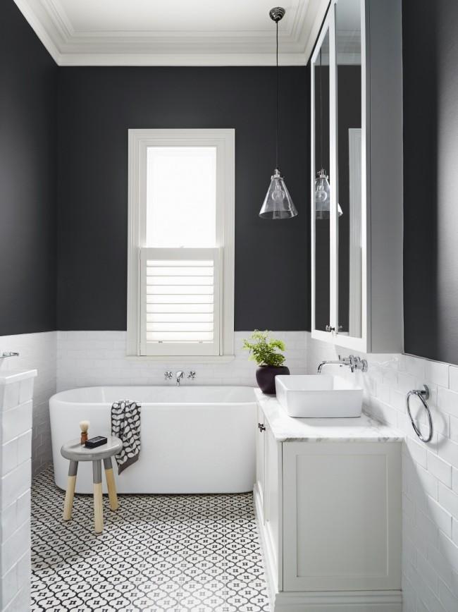 Если маленькую ванную оформить в белом цвете, она будет казаться чуть просторнее