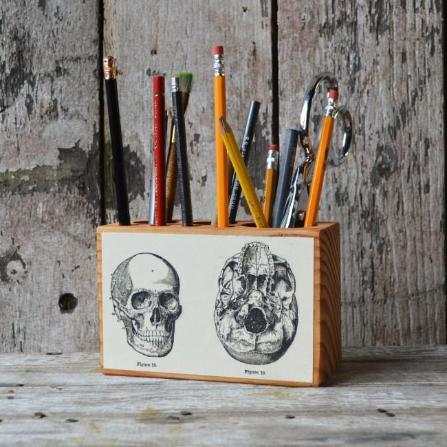 Украшение для строгого интерьера, которое под силу даже новичкам: декупаж ровной деревянной поверхности рисунками с готовых листов или старых учебников