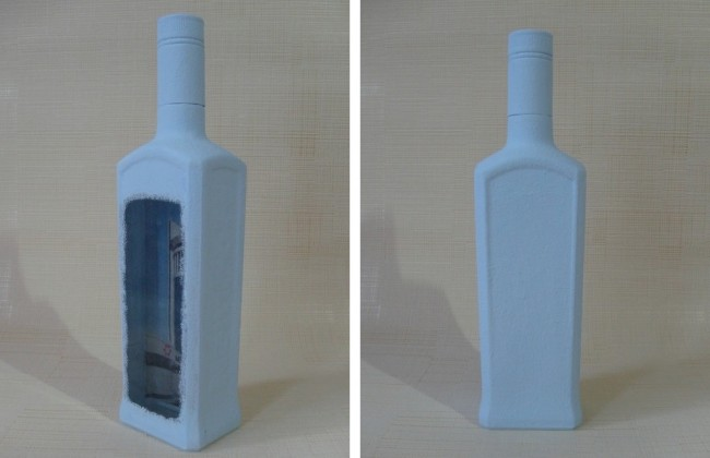 Светло-голубой и белой акриловой краской при помощи губки создаем эффект инея на бутылке