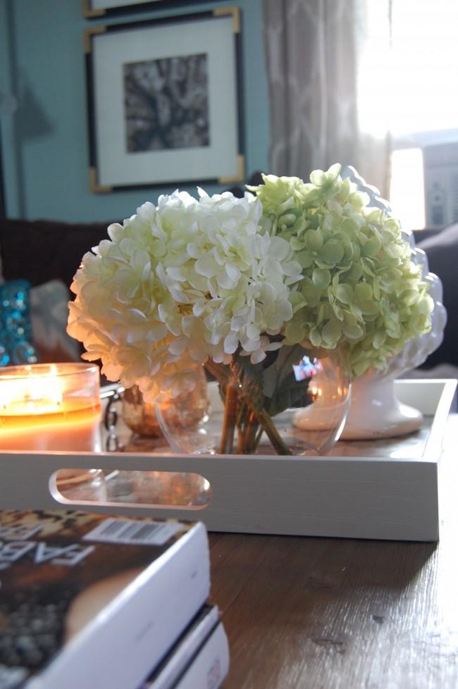 Искусственные цветы оживляют общую атмосферу в помещении не хуже настоящих растений