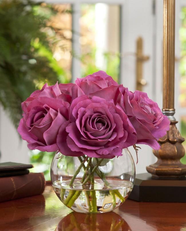 Вы можете налить в вазу с искусственными цветами воды, что бы они выглядели более живо и натурально