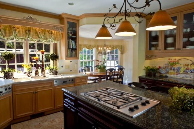 Французские шторы больше всего подходят для классического стиля кухни