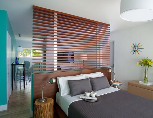 Гостиная и спальня в одной комнате. Перегородка в изголовье кровати, спроектированная на основе идеи с жалюзи
