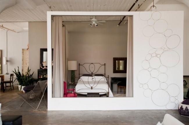 Гостиная и спальня в одной комнате. Фактически изолированная спальня с помощью тонких перегородок вокруг кровати