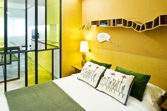 Гостиная и спальня в одной комнате. Тонированное стекло, как материал для перегородки, визуально добавляет пространства и воздуха комнате