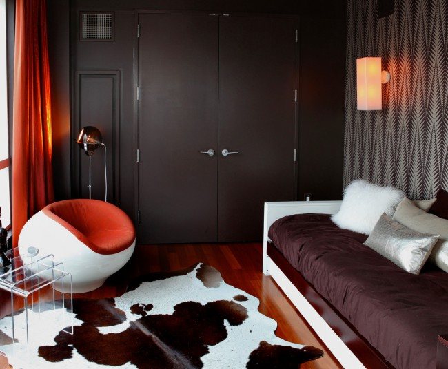 Гостиная и спальня в одной комнате. Спальное место для одного человека можно не убирать, а гармонично встраивать в дневную обстановку