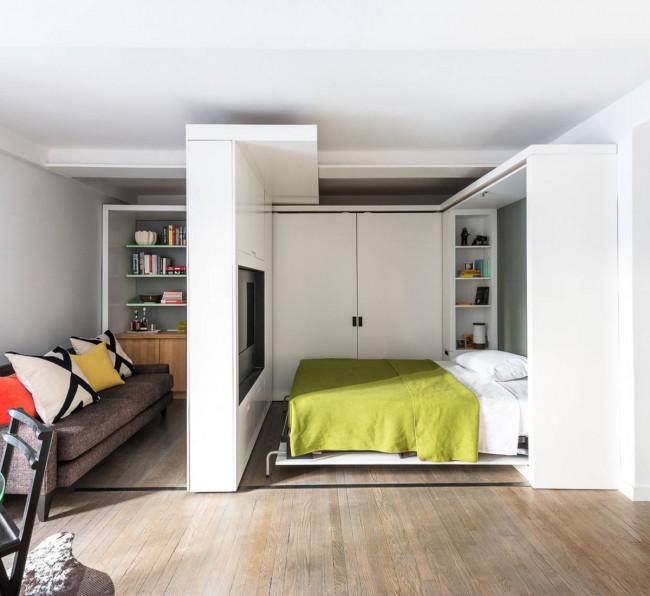 Гостиная и спальня в одной комнате. Подвижная, на направляющих, часть системы хранения (и ТВ-юнит) как перегородка между спальней и гостиной