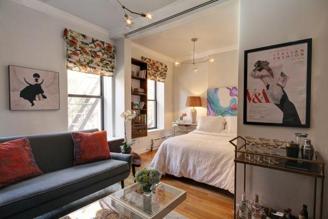 Гостиная и спальня в одной комнате. Спальную зону можно визуально отделить от гостиной с помощью пилястров и фальш-балок с опорами