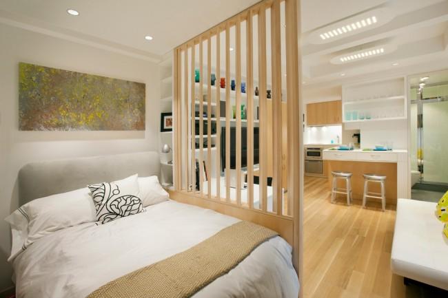 Гостиная и спальня в одной комнате. Даже полностью светопроницаемая и прозрачная перегородка достаточно отделяет приватные зоны и отвлекает от них внимание