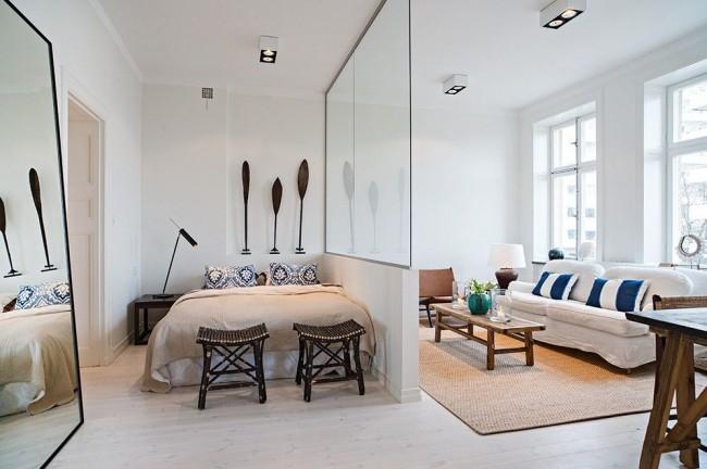 Гостиная и спальня в одной комнате. Стеклянная стена между спальной и общественной зонами
