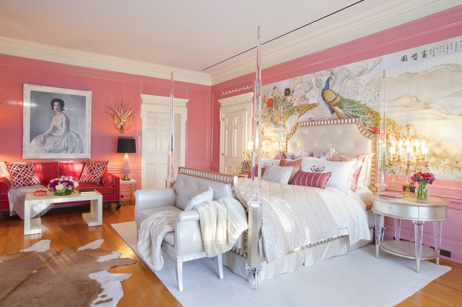 Изящная и неординарная спальня. Сочетает в себе несколько стилей.