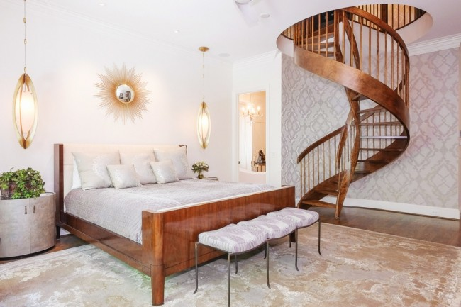 Классическая деревянная кровать.