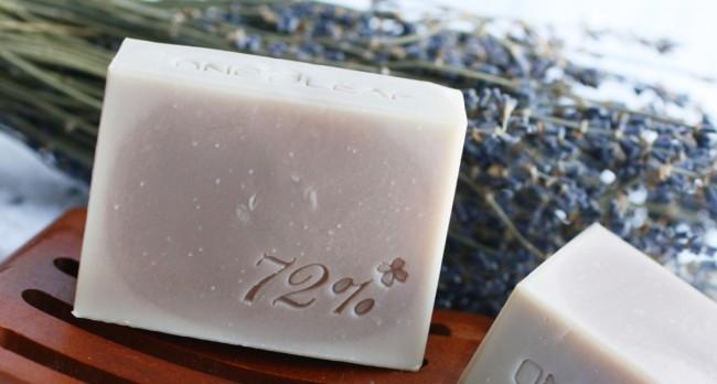Кусочки хозяйственного мыла хорошо охраняют одежду в шкафу от моли. Время от времени заменяйте их