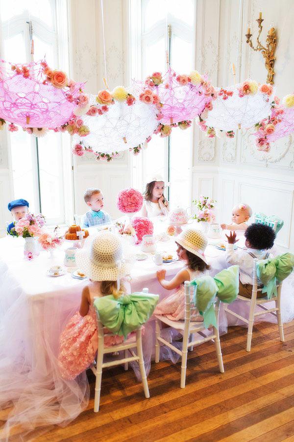 Оригинальные украшения для комнаты именинника в виде подвесных зонтиков с цветами