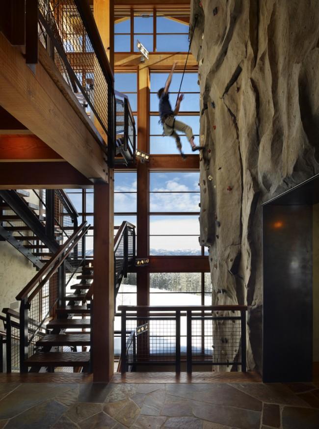 Лестница на второй этаж. Многомаршевая лестница на косоурах из швеллеров и домашний скалодром в холле в стиле индастриал