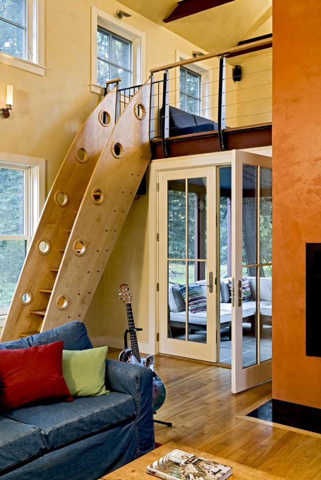 Лестница на второй этаж. Лестница с глухими деревянными перилами, заимствующими вид корабельного трапа. Хороша для дома, где есть дети или в квартире (доме) молодых людей, любящих юмор и свободу в дизайне