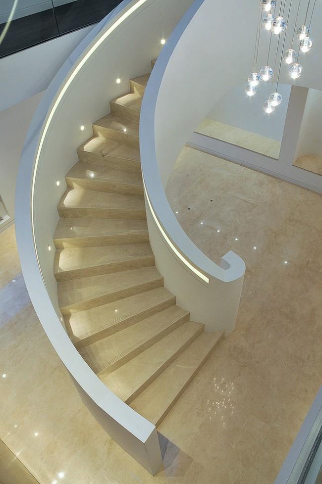Лестница на второй этаж. Синтетические заменители натурального камня - превосходный выбор для классического интерьера. Он легче в обработке, а первозданный глянец этого материала можно сохранить надолго