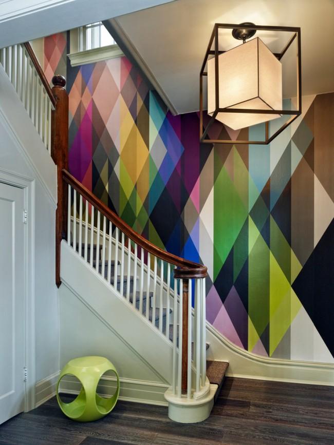 Лестница на второй этаж. Современная эклектика: классические цвета и конструкция двухмаршевой деревянной лестницы и геометричный дизайн в аксессуарах и оформлении стен