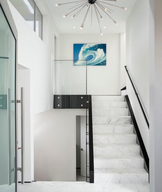 Лестница на второй этаж. В зависимости от того, какие именно детали и поверхности конструкции лестницы задуманы из камня (по степени изнашивания), выбирайте между натуральным или искуственным камнем в отделке