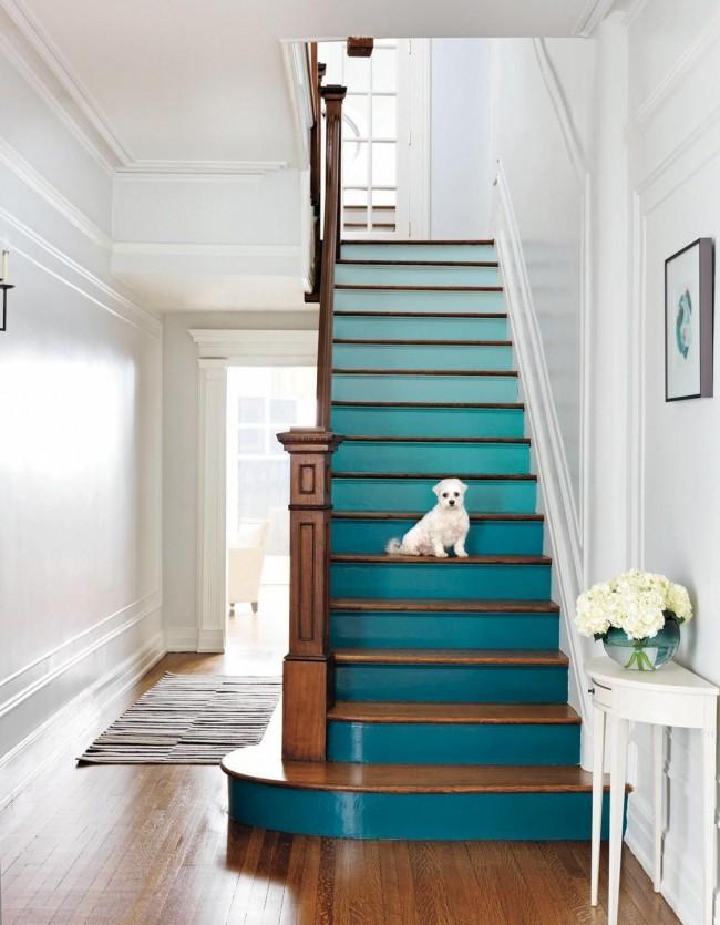 """Лестница на второй этаж. Ультрамодный градиент (или """"омбре"""" дизайн) - отличный вариант для обновления деревянной лестницы"""