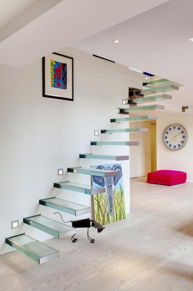 Лестница на второй этаж. Стеклянная лестница с подсветкой