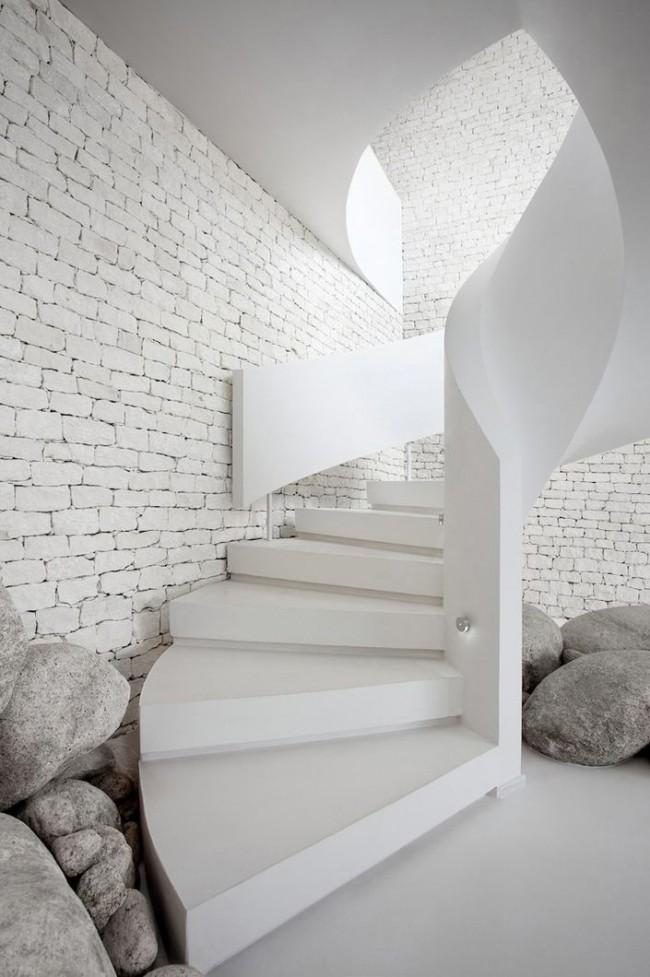 """Каменная лестница в модном сегодня дизайн """"total white"""" (полностью белый)"""