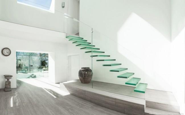 Лестница на второй этаж. Лестница из стекла на больцах. Безопасная, но не самая долговечная