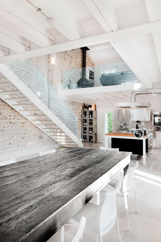 Лестница на тетивах - это конструкция, в которой ступени опираются торцами на несущие доски или швеллеры. В некоторых деревянных лестницах нужны дополнительные тяжи между несущими тетивами