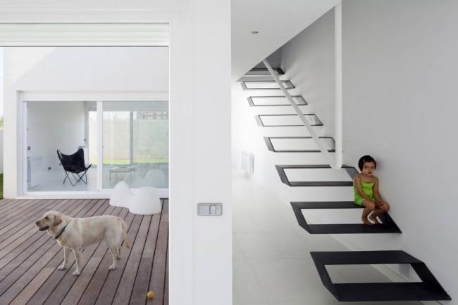 Лестница на второй этаж. Металлическая лестница на больцах: каждая ступень отдельно крепится болтами к стене