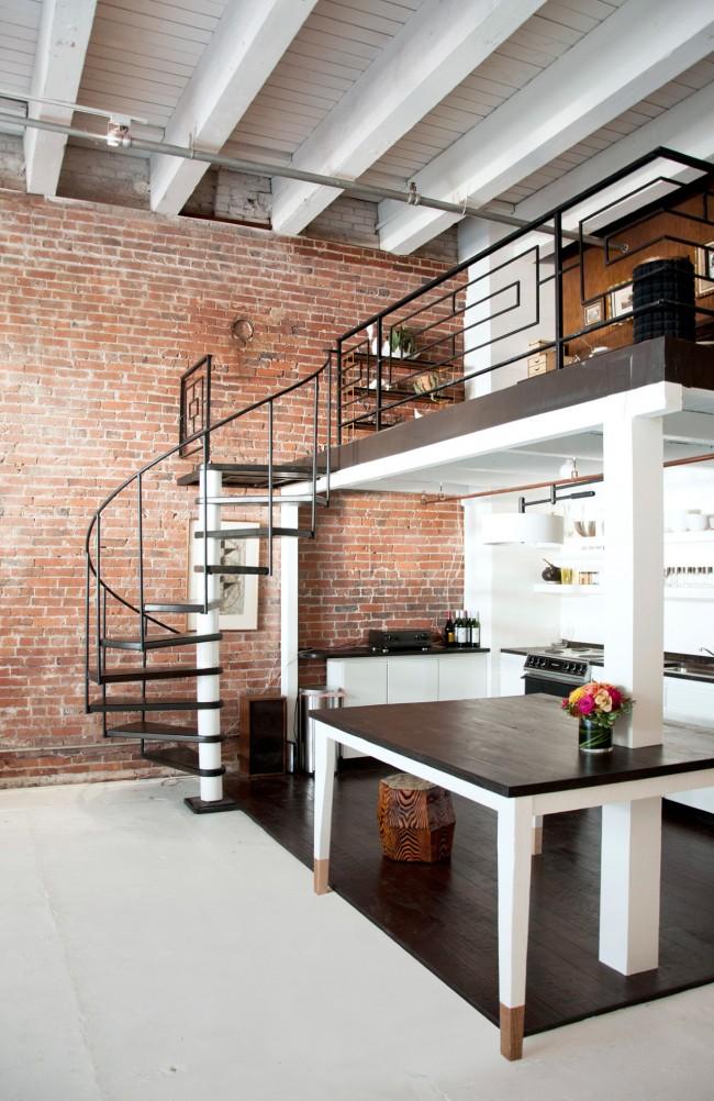 Лестница на второй этаж. Переходный дизайн легкой металлической винтовой лестницы, идеально вписывающийся в двухуровневый лофт