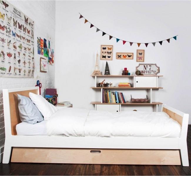 Кровать с дополнительным местом хранения с выкатным механизмом - один из самых распространенных вариантов удобной мебели для компактных городских квартир