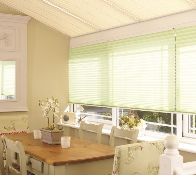 Плиссированные шторы могут подойти не только для окна, но и для стеклянной крыши