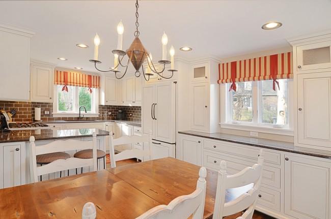 Яркие шторы добавят красок на вашу кухню