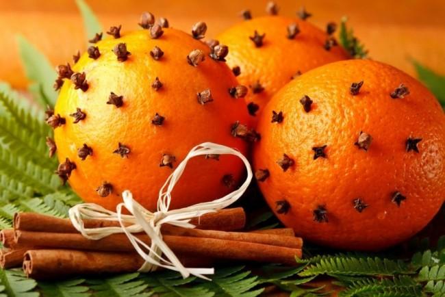 Жительнице тропиков придется по вкусу множество фруктов на новогоднем столу