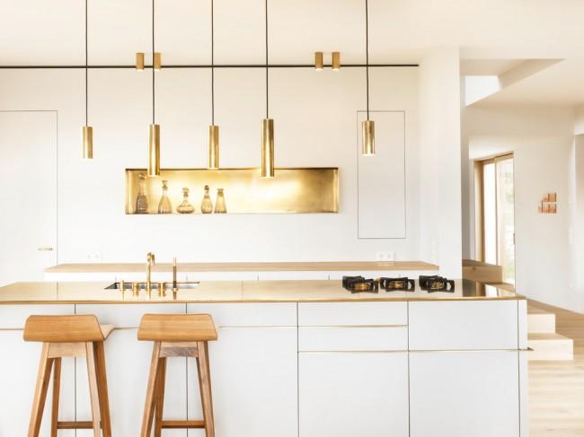 Стильная кухня с современными светильниками