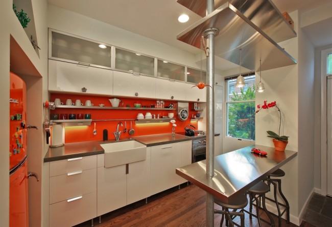 Барная стойка отлично подчеркивает современный дизайн помещения