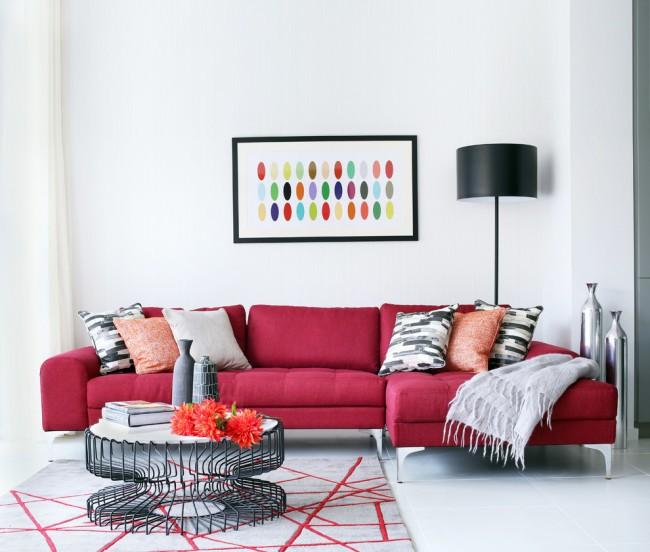 Контрастный бордовый диван в светлой гостиной