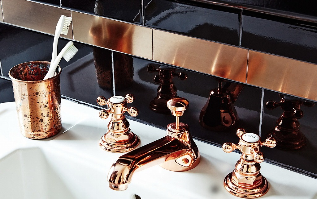 Роскошное оформление отделки стен ванной, сантехники и аксессуаров в одном стиле и цветовом решении