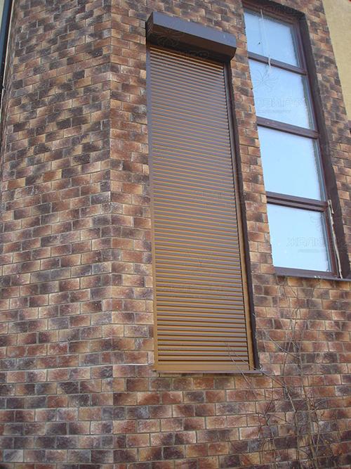 То же здание, оформленное рольставнями для окна