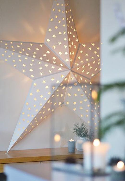 Большая звезда из картона, светящаяся изнутри, создаст непередаваемую праздничную атмосферу