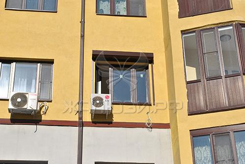 Рольставни на третьем этаже пятиэтажного дома