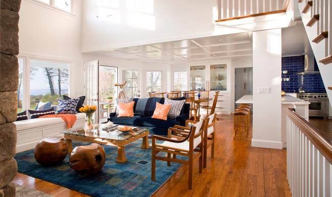 Бело-коричневая мебель поддерживает общий цвет гостиной