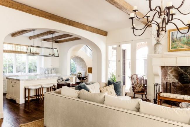 Хороший обзор из гостиной, благодаря широкой арке