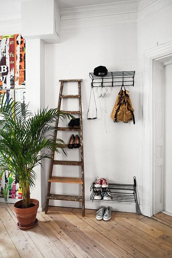 Если у вас есть старая деревянная лестница, то ее можно превратить в полку для хранения обуви