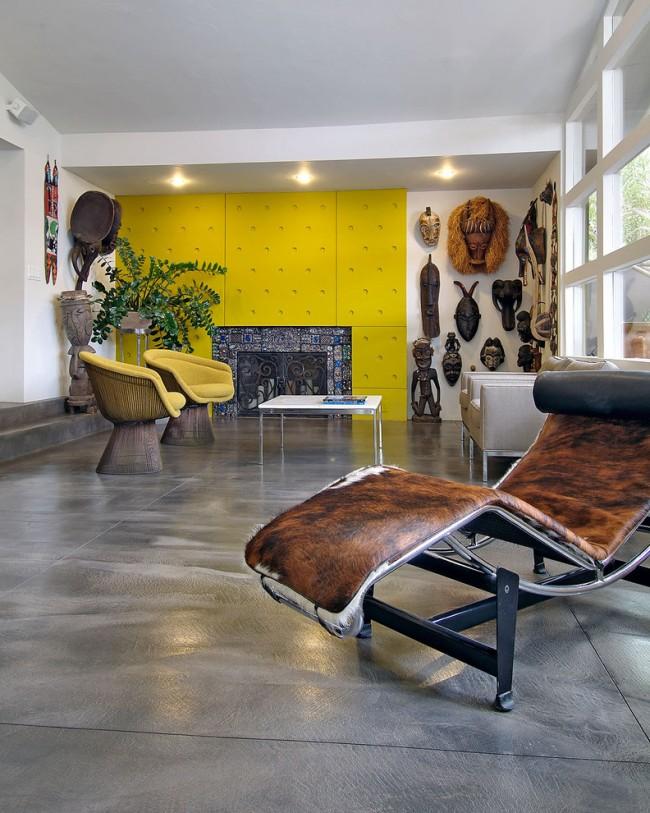 Маски из дерева в гостиной стиля фьюжн