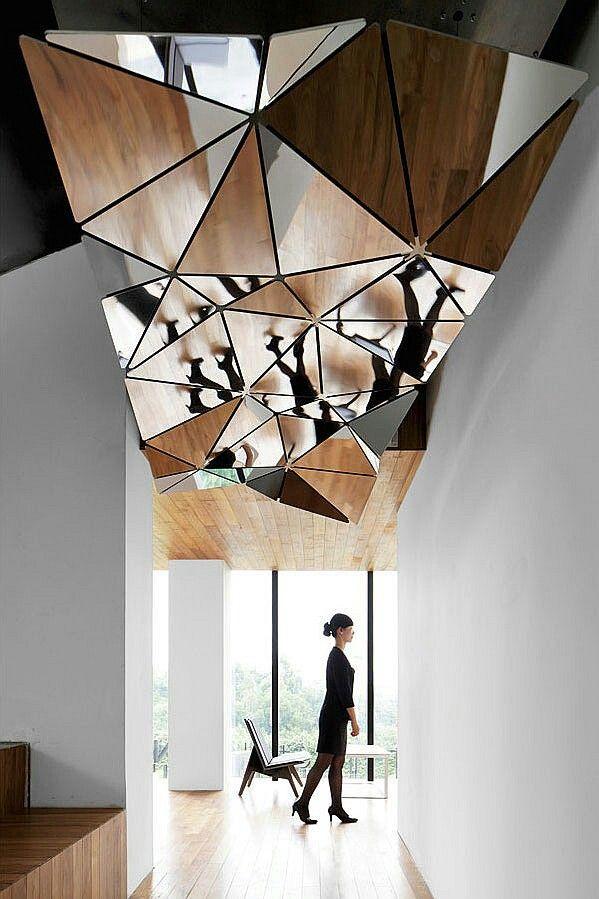 Эффектный потолок из зеркал, образующих хитрую геометрическую форму