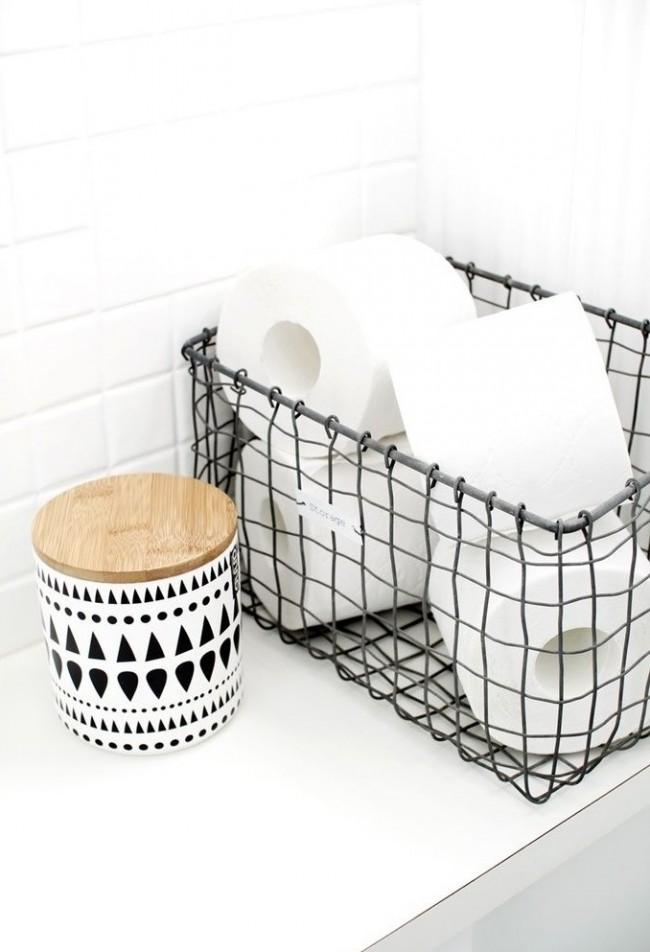 Металлическая корзина для хранения и деревянный бочонок с орнаментом сделают вашу ванную стильной и неповторимой