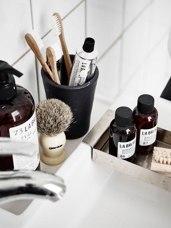 Даже сами флаконы с косметикой выглядят красивым дополнением в ванной комнате