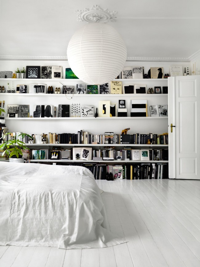 Роскошная скандинавская спальня с черными и зелеными элементами выглядит очень свежо и ярко