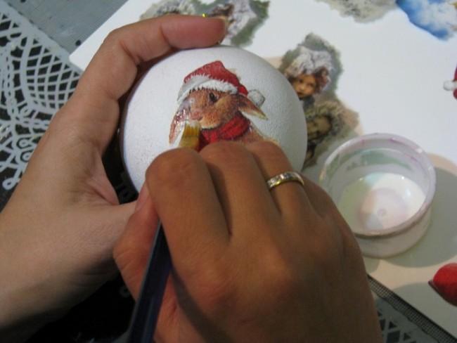 Для приклеивания рисунка с салфетки используется клей ПВА